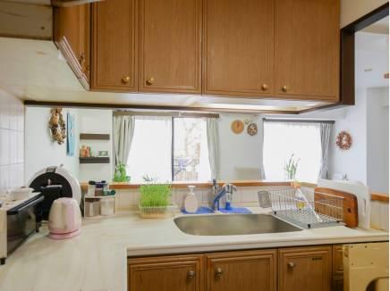家族との会話を楽しみながら料理ができるL字型キッチン