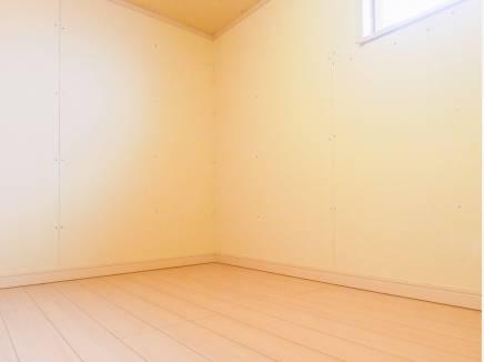 小屋裏収納には窓もあり、換気もできます