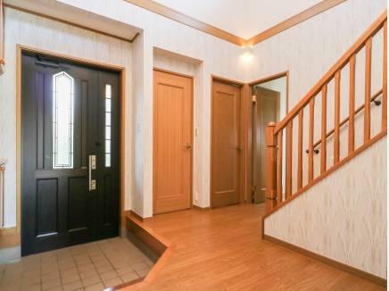 玄関は吹抜けが明るく開放的な雰囲気