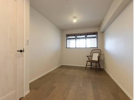 シンプルな雰囲気の6.5帖の洋室