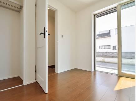 玄関横の洋室は客間としても使えそう