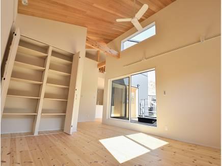 天井の高いリビングはとても明るい雰囲気