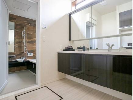 シックな雰囲気の洗面室・バスルーム