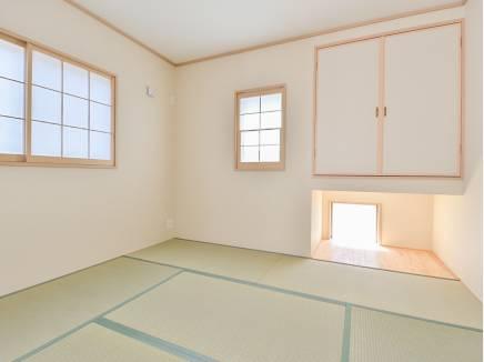窓がたくさんあり、心地良い光が差し込む和室
