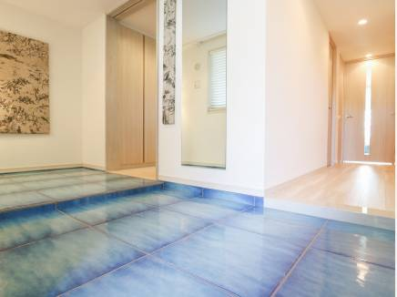 アマルフィーをイメージした青い手作りタイルがリゾート感を高めます。
