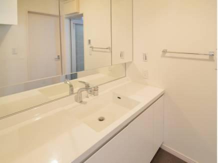 清潔感の溢れる洗面室となっています。