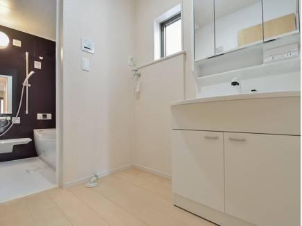 明るい雰囲気の洗面室・バスルーム