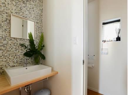 おしゃれなモザイルタイル貼りの洗面台です。
