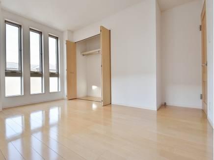 大きな窓から心地良い光が差し込む7.2帖の洋室