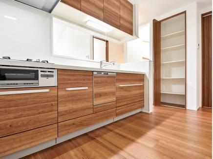 木の温もり溢れるキッチンには収納たっぷり!