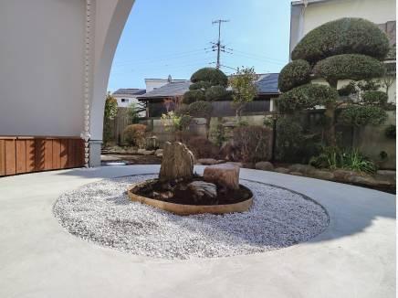 R型アプローチをくぐると、ウッドデッキと中庭へ通じる心地よい場所