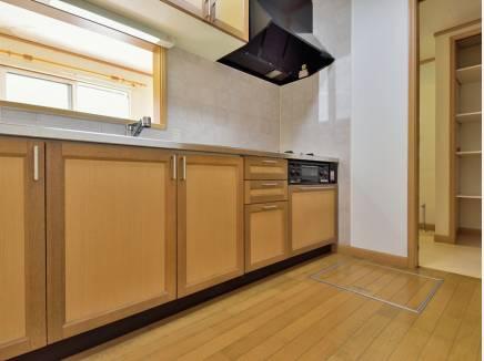 たっぷりの収納スペースを完備したキッチン