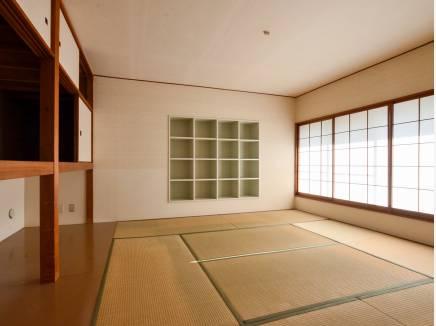 大きい窓から明るい光が差し込む和室