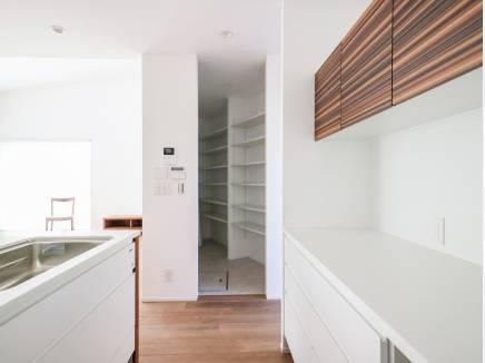 キッチン横には日用品を収納出来るスペースを完備