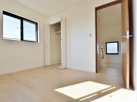 明るい雰囲気の2階の洋室
