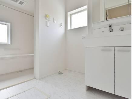 白を基調とした洗面室・バスルーム