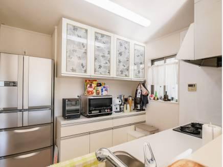 白を基調とした広々キッチン