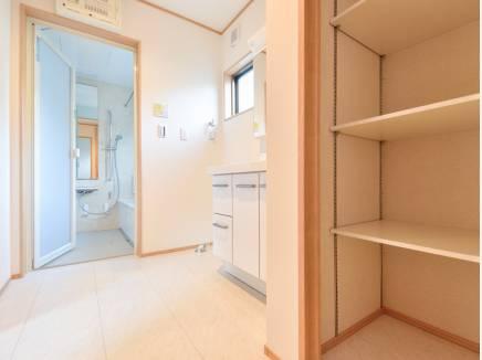 洗面室は広々 収納もたっぷり完備