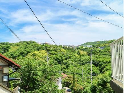玄関先からは秋谷の山々を望むことができます。