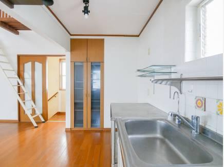 キッチン横には備え付けの食器棚を完備