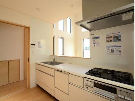 キッチン入口には扉もあり、来客時など重宝しますね