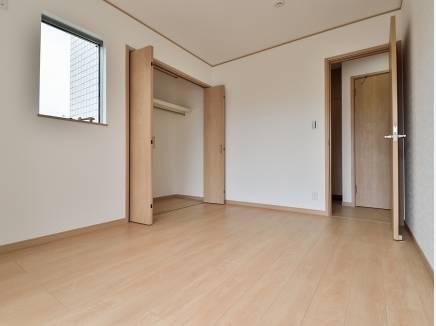 大きいクローゼットを完備した6帖の洋室