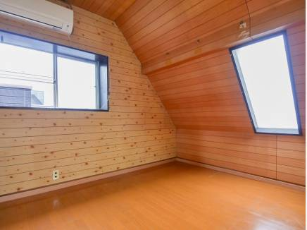 木の温もりを感じられる3階の洋室