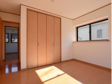 2つの収納スペースを完備した洋室