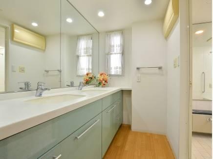 広い洗面台の優しい色合いが素敵ですね。