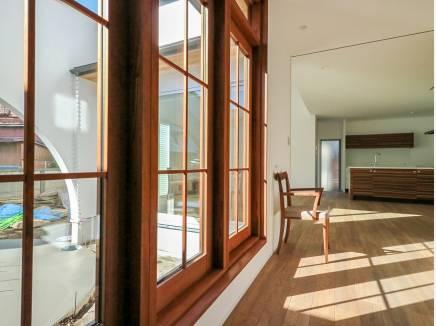 木製の窓枠。窓越しからのぞくお庭の美しさに目を奪われます