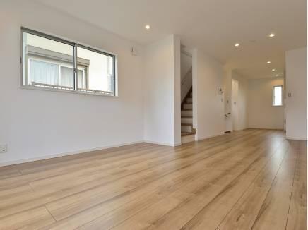 広範囲に床暖房を完備した17.54帖の洋室