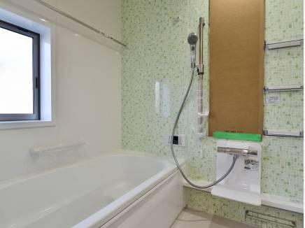 淡いグリーンが爽やかなバスルーム