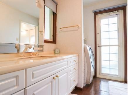 勝手口のある洗面室はゆとりの広さとなっています。