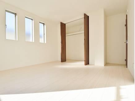 全室2面採光の明るい洋室