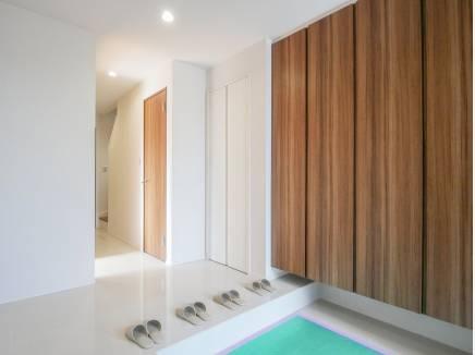 広く明るい雰囲気の玄関