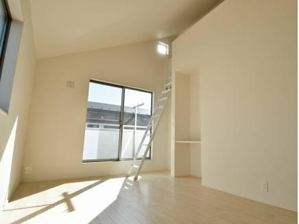 ロフトがあり、天井が高い洋室