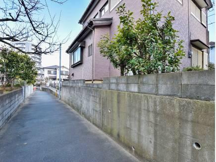 2面が道路に面していますが、静かな住環境
