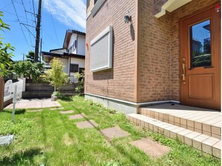 玄関アプローチもゆとりがあるので、植栽で彩るのはいかがでしょう