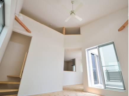 高い天井は開放的で明るい雰囲気