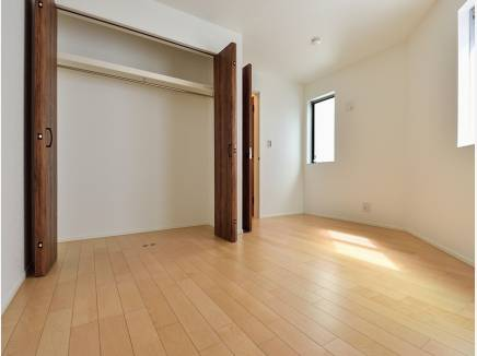 豊富な収納スペースを完備した6.2帖のサービスルーム