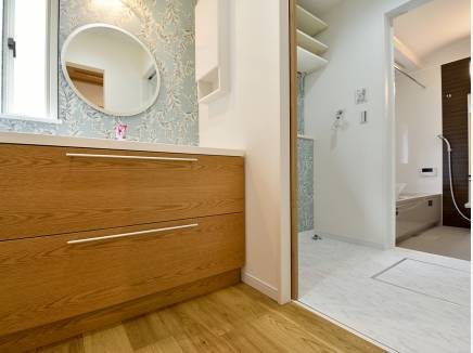 洗面コーナーと脱衣所が分かれた嬉しい造り