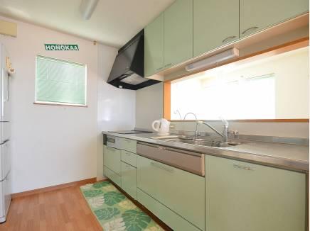 人気の対面式キッチンは作業スペースも広々