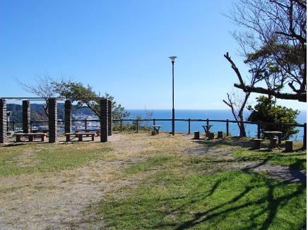 眺望が魅力的な披露山公園まで徒歩9分(約720m)