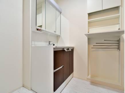 収納スペースを完備した洗面室