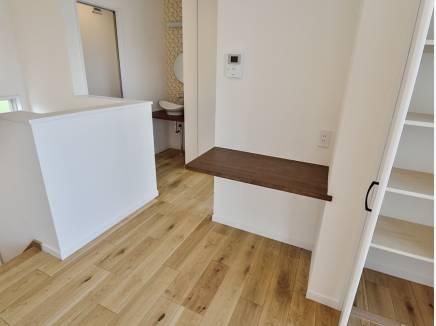 2階のホールには備え付けのカウンターや収納スペースも