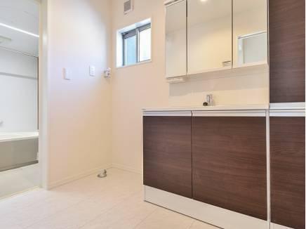 収納スペースをたっぷり完備した洗面室