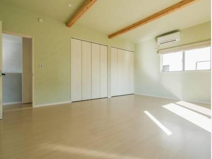 天井が高く、たっぷりの収納スペースを完備した15帖の洋室