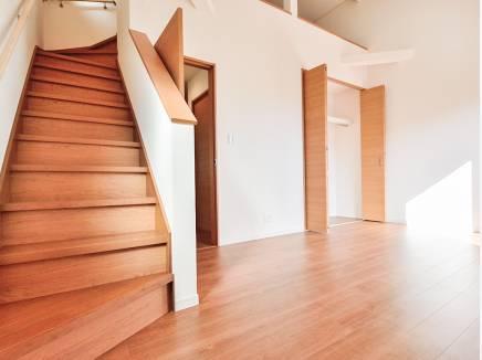 ロフトへの階段は嬉しい固定階段