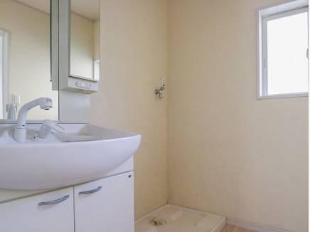 白を基調とした清潔感溢れる洗面室