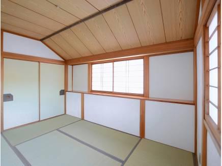 2階にも和室があり、天井が高く明るい空間に・・・